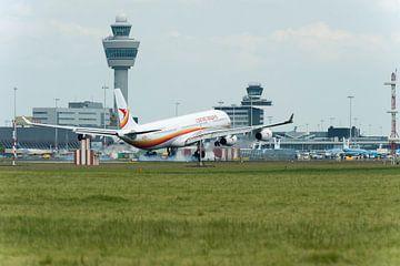 Surinam Airways Airbus A340 landend op de Kaagbaan van Wim Stolwerk