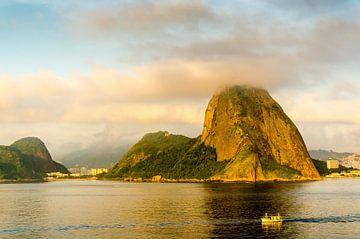Baai van Rio de Janeiro met uitzicht op de Suikerbroodberg en vissersboot bij dageraad van Dieter Walther