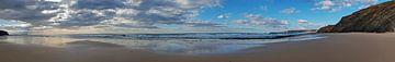 Panorama van een verlaten strand bij Vale Figueiras in Portugal van Nisangha Masselink