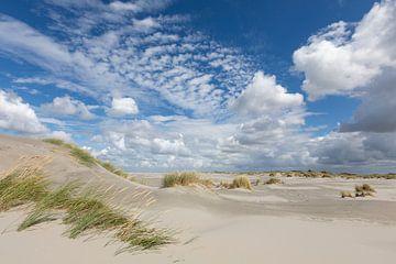 Duinen, zand, blauwe lucht en wolken op strand Ameland von Anja Brouwer Fotografie