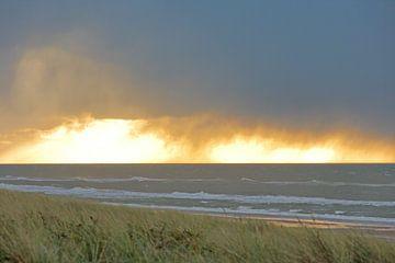 Vurige zonsondergang Hargen aan zee van Ronald Smits