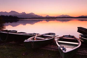 Boten bij Hopfensee bij zonsondergang, Allgäu, Beieren, Duitsland van Markus Lange