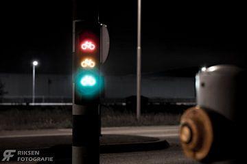 Fiets stoplicht in de nacht van Antony Riksen