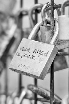 grille rouillée serrure sur une clôture avec des vœux écrits Lovey 1 sur Tony Vingerhoets