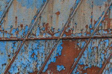 Roestig detail van een vissersschip op Urk van Anita Riemersma