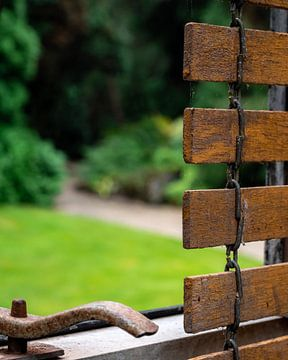 Oude houten raamdecoratie met tuin op achtergrond