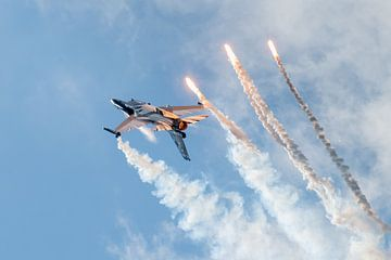 Belgische F-16 Fighting Falcon tussen rook en chaff van Wim Stolwerk