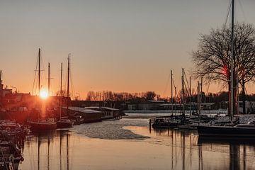 Zonsopkomst tussen de boten in Middelburg van Percy's fotografie