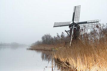 Mühle in der Landschaft am Wasser an einem nebligen Tag von Marcel Kieffer