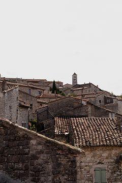 Uitzicht over daken van een klein dorpje op een berg in Zuid Frankrijk gelegen aan de Ardèche. van Fotograaf Elise