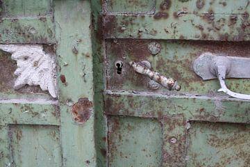 Deurklink op roesige, Griekse deur op Lesbos
