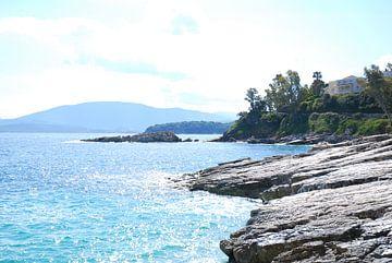 De rotsachtige  kust van het eiland Corfu, Griekenland van Ingrid Van Maurik