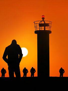 Zonsondergang op de pier met kleine vuurtoren von Harrie Muis