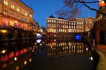 De Winkel van Sinkel en het Stadhuis aan de Oudegracht in Utrecht von Donker Utrecht