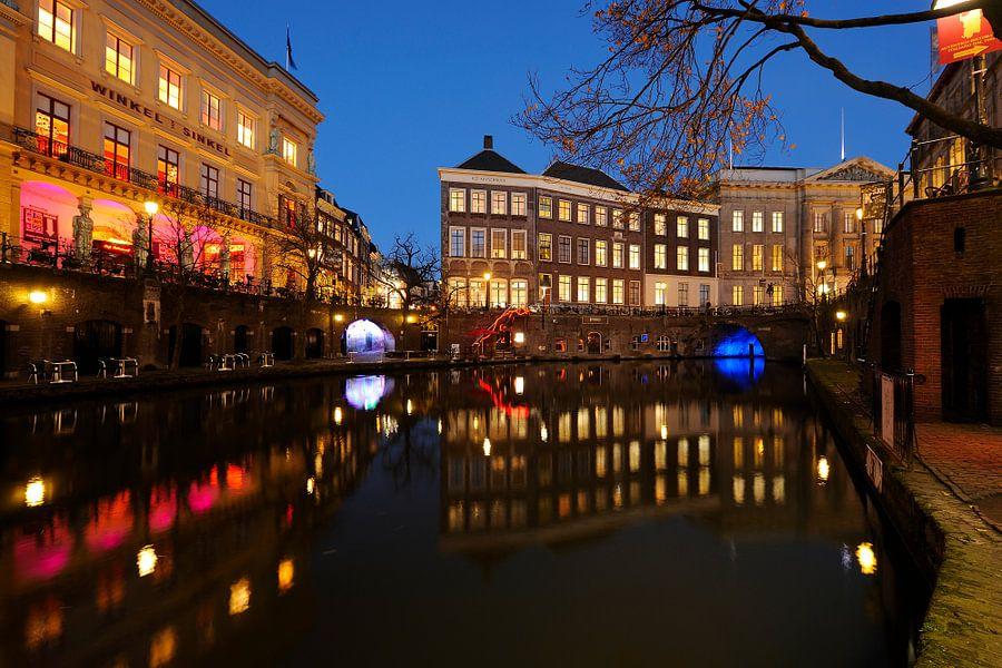 De Winkel van Sinkel en het Stadhuis aan de Oudegracht in Utrecht van Donker Utrecht