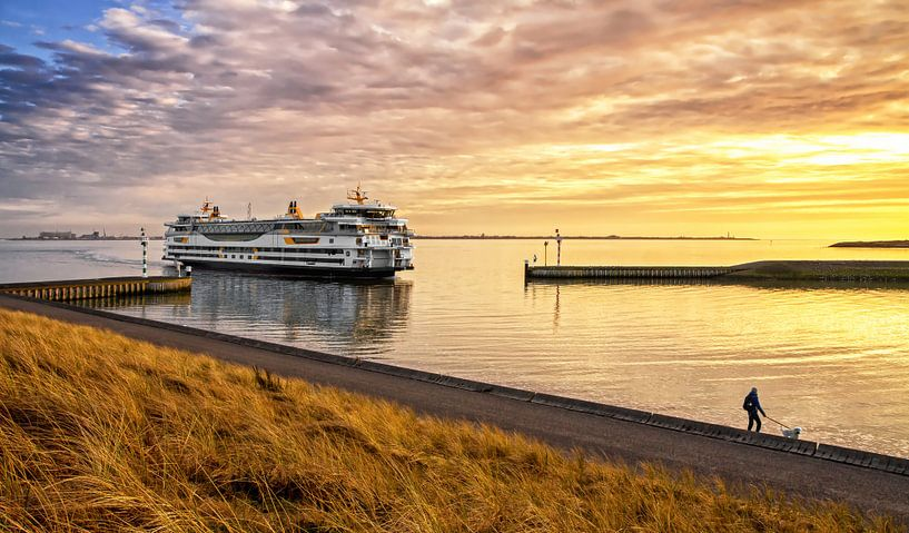 Veerboot en zonsondergang op Texel / Ferry and sunset on Texel van Justin Sinner Pictures ( Fotograaf op Texel)