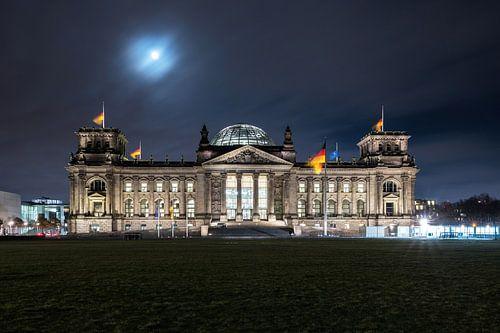 Reichstagsgebäude Berlin bei Nacht mit Mondlicht