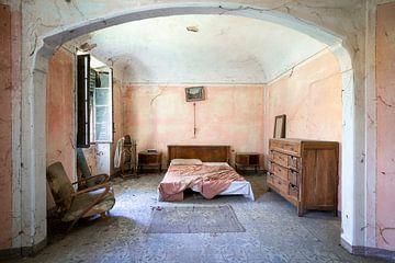 Verlassenes rosa Schlafzimmer. von