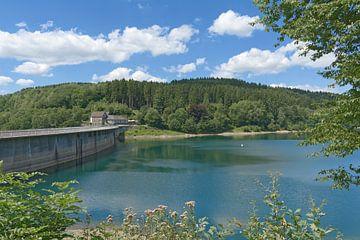 bij de dam in de Agger-vallei van Peter Eckert