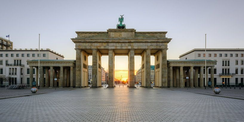 A sun star at the Brandenburg Gate van Michael Valjak