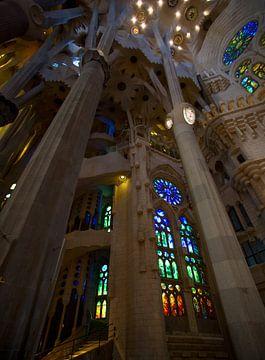 De prachtige kleurrijke binnen kant van de Sagrada Familia
