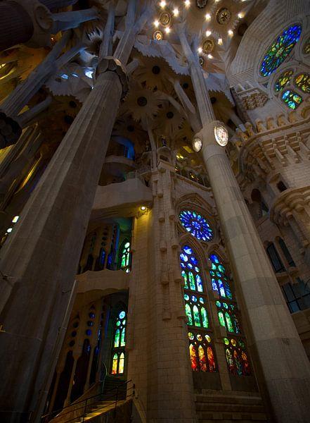 De prachtige kleurrijke binnen kant van de Sagrada Familia van Guido Akster