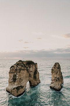 Zonsondergang bij Pigeon Rocks, Raouche Rocks in Beiroet Libanon van Moniek Kuipers