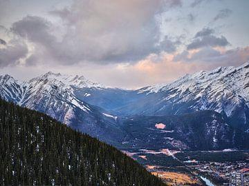 Zwischen dem Mount Norquay und dem Cascade Mountain von Graham Forrester