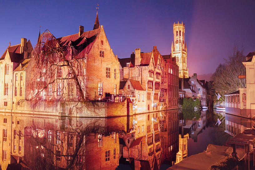 Der Rozenhoedkaai bei Nacht: Der berühmteste Platz von Brügge von Daan Duvillier