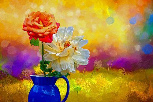 Rozen in blauwe vaas - kleurrijke zomer in geel blauw violet van