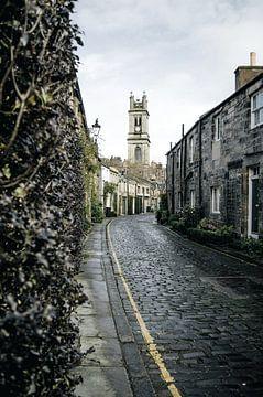 Oude straat met kerk