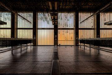 Symmetrisch, Tiefe und Linienführung in einem großen Saal von Sven van der Kooi