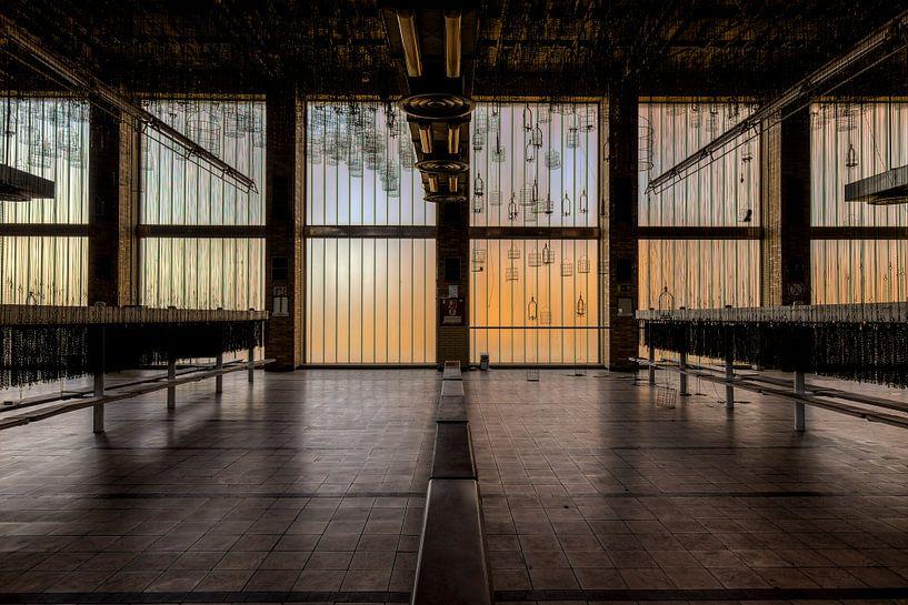 Symmetrisch, diepte en lijnenspel in een grote hal van Sven van der Kooi (kooifotografie)