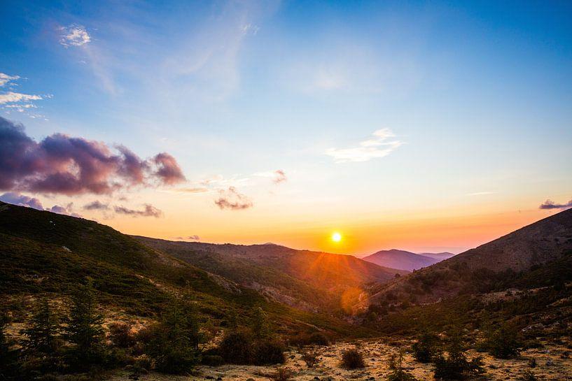 Zonsondergang in de bergen in Sardinië   Italië van Yvette Baur