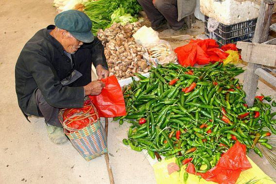 Kleurrijke markt in authentiek China van Inge Hogenbijl