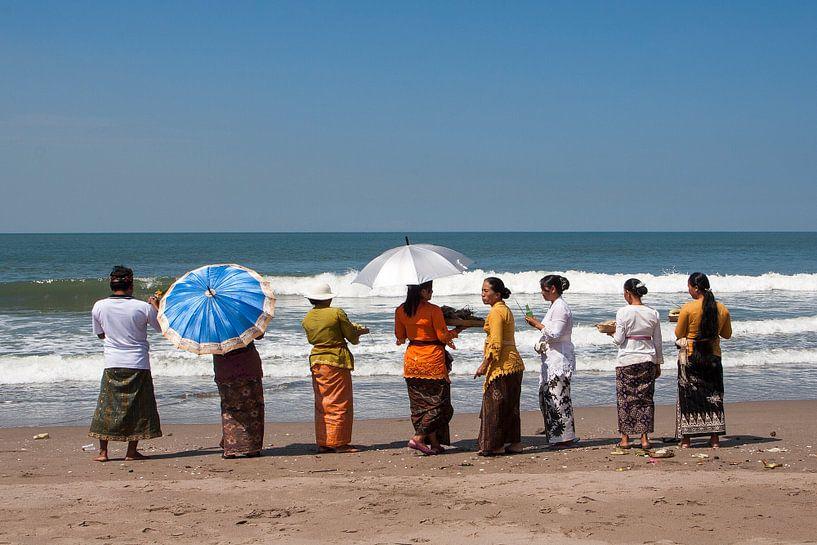 Ceremonie in Bali (1) van Brenda Reimers