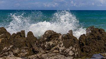 Golven breken op de Siciliaanse kust van