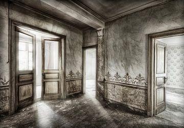 Abandonné, maison abandonnée debout avec les portes ouvertes  sur Marcel van Balken