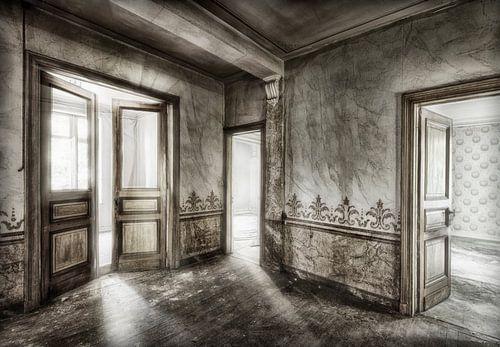 Verlaten huis open deuren