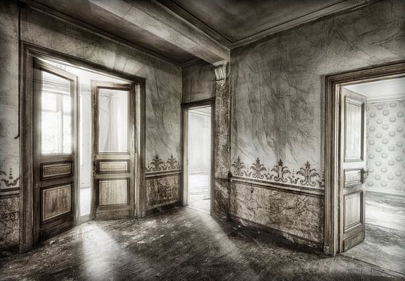 Verlaten huis open deuren van Marcel van Balken