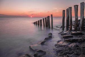 Zonsondergang aan de zeedijk van