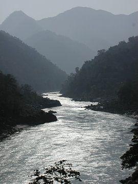 Der Ganges in Indien bei Sonnenaufgang von Nisangha Masselink