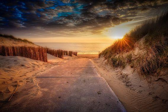 strandopgang tijdens een zonsondergang