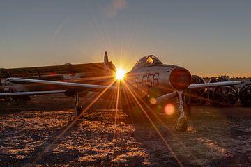 Republic F-84 Thunderjet van de US Air Force, registratie 45-59556, tijdens zonsondergang gefotograf van Jaap van den Berg