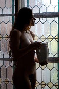 Artistiek naakt in een klooster bij een glas in lood raam van Arjan Groot