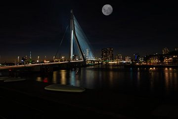 Erasmusbrug in de Nacht met de Volle maan Erboven. van