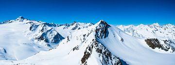 Verschneite Tiroler Alpen in Österreich an einem schönen Wintertag