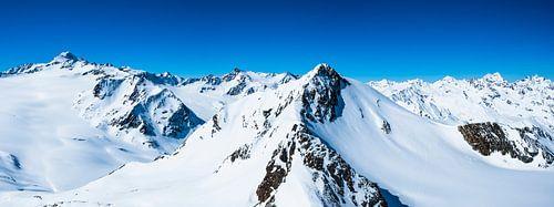 Besneeuwde Tiroler Alpen in Oostenrijk tijdens een prachtige winterdag