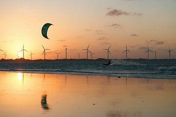 Kitesurfers in de zonsondergang van Brazilië van Reto Meier