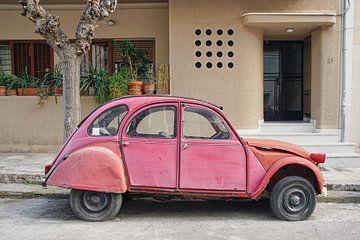 Verlaten rode Citroën 2CV in de Griekse hoofdstad Athene. van Xander Verweij